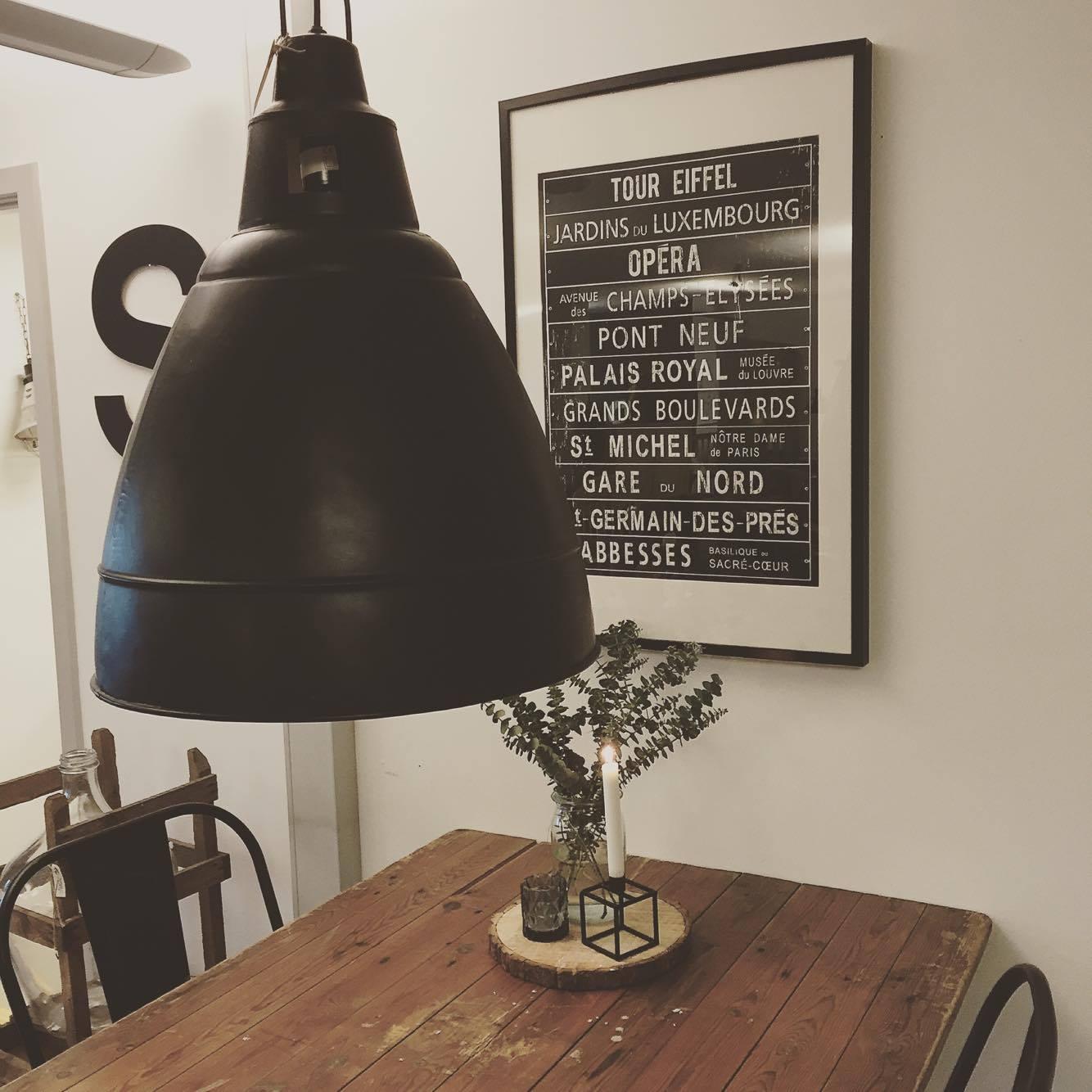 Stor sort industrilampe , SOLGT - Lopper med nostalgi