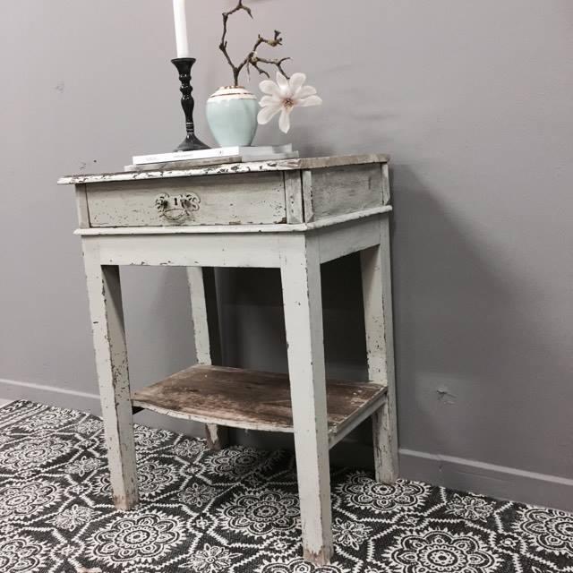Fint lille bord med opbevaring - SOLGT - Lopper med nostalgi